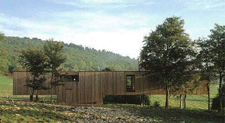 Дом у подножья холма
